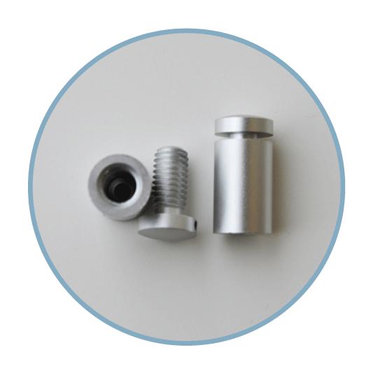 Aus Aluminium, silber eloxiert, mit Schrauben und Dübeln (Anzahl 4 Stk/VE).